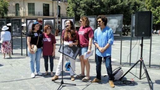Mopmento de la presentación de la exposicición de la obra de 'Presos Políticos en la España contemporánea' del artista Santiago Sierra en la plaza de España.