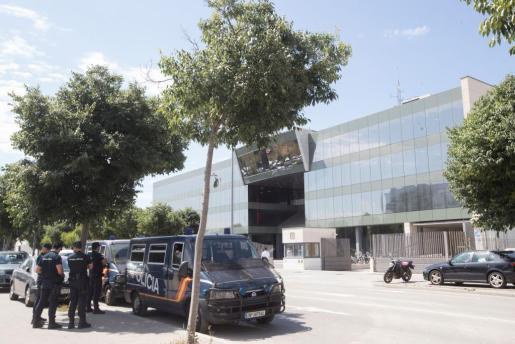 Agentes del CNP en las inmediaciones del Centro de Telecomunicaciones de la Generalitat (CTTI).