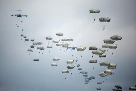 """Militares de la brigada """"Almogávares VI"""" de Paracaidistas y un batallón de la 173 Brigada Paracaidista de la Armada de Estados Unidos destacada en Vicenza, Italia, realizan un salto desde aviones C-17 Globemaster III del ejército estadounidense durante el ejercicio """"Saber Strike West"""", que se desarrolla en Zaragoza."""