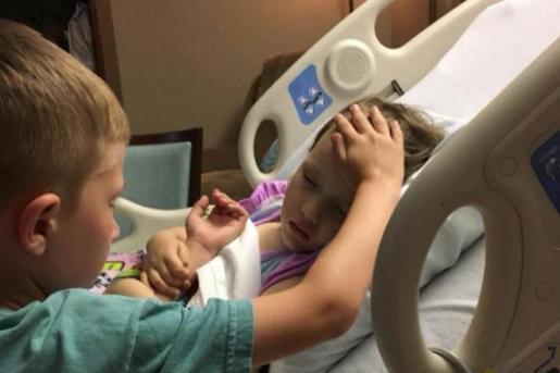 La imagen del pequeño despidiéndose de su hermana enferma.