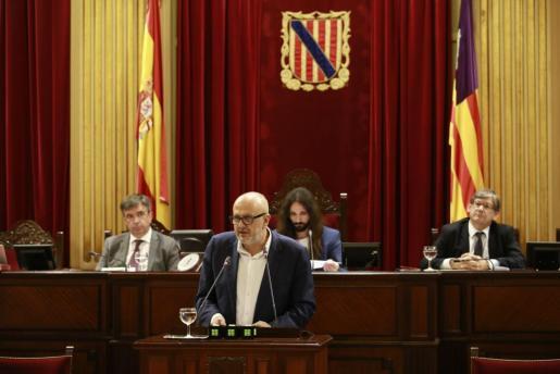 Miquel Ensenyat durante su intervención en el Parlament.
