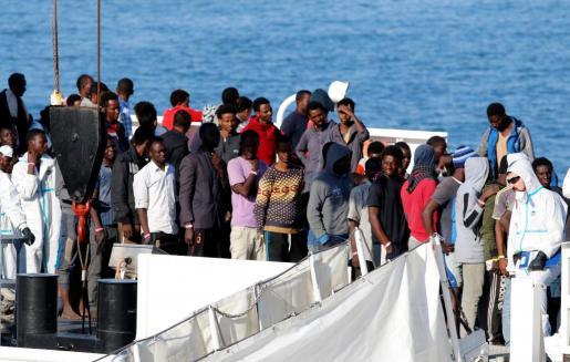 Un barco con 932 inmigrantes han llegado este miércoles al puerto italiano de Catania.