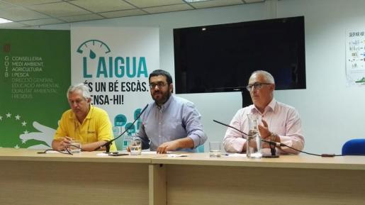 De izquierda a derecha, Luis Berbiela, jefe de Gestió forestal, el conseller Vicenç Vidal y Pere Perelló, director de Emergencias.