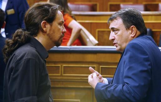 El secretario general de Podemos, Pablo Iglesias (i), y el portavoz del PNV en el Congreso de los Diputados, Aitor Esteban (d), este martes en el Congreso.