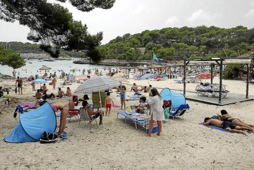 El borrador del nuevo PORN del Parc Natural de Mondragó plantea la prohibición de instalar hamacas y sombrillas en la arena de las playas de la zona protegida.