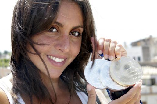 Marga Crespí posa con las tres medallas que obtuvo en los mundiales de natación de Roma en 2009.