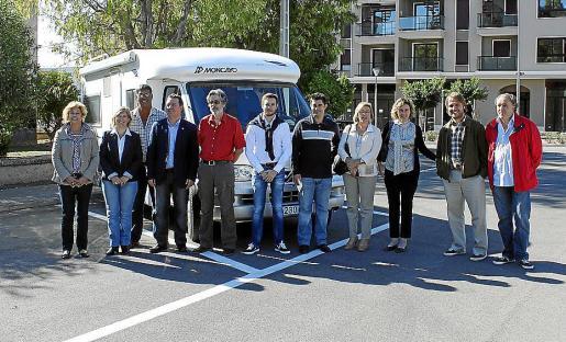 Concejales del Ajuntament d'Inca y miembros de ABACES, ayer en el área para autocaravanas.