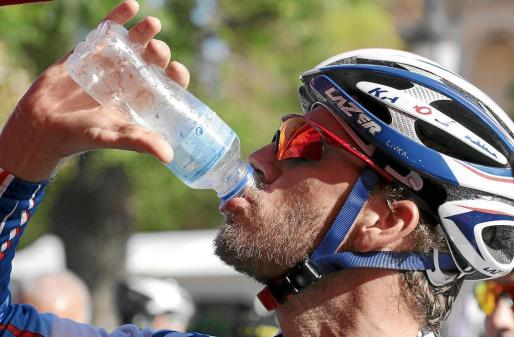 El ciclista mallorquín Joan Horrach (Katusha) bebe en el descanso de una reciente edición de la Vuelta Cicloturista a Menorca.