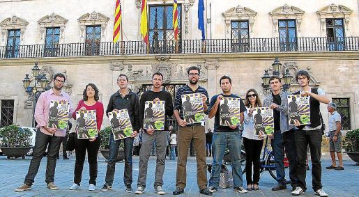 El concejal Antoni Noguera, en el centro, junto a músicos y miembros de juventudes del PSM y EU.