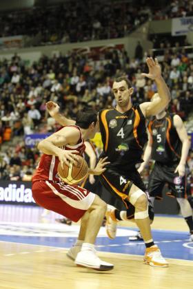 Alberto Alzamora (4) intenta evitar la penetración de Paolo Quinteros.