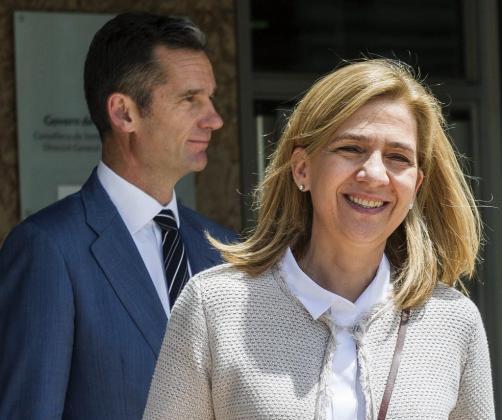 La infanta Cristina y su marido, Iñaki Urdangarin, a la salida de la sede de la Escuela Balear de la Administración Pública (EBAP) durante el juicio por el caso Nóos en junio de 2016.