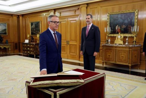 El nuevo ministro de Cultura, José Guirao (i), promete su cargo ante el Rey.