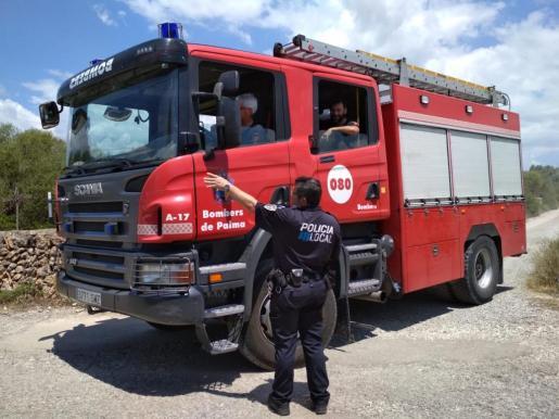 Los bomberos, en el lugar del incendio.