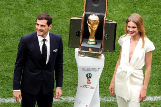 El exfutbolista de la selección española, Iker Casillas, y la modelo rusa Natalia Vodianova sobre el terreno de juego.
