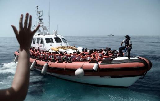 Fotografía cedida por la ONG SOS Mediterranee que muestra a varios de los 629 inmigrantes rescatados por el Aquarius.