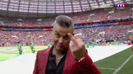 El cantante inglés en el momento de la peineta.