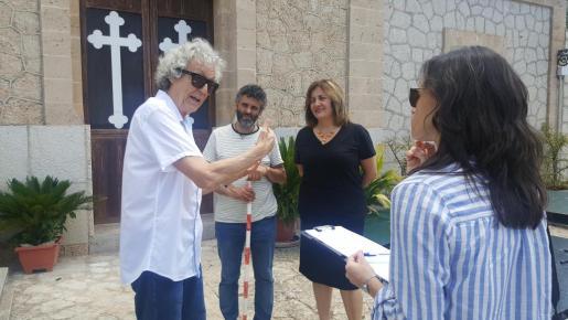 La consellera de Cultura, Participación y Deportes, Fanny Tur, acompañada del director general de Participación y Memoria Democrática, Manel Santana, durante la visita a la fosa de Bunyola.