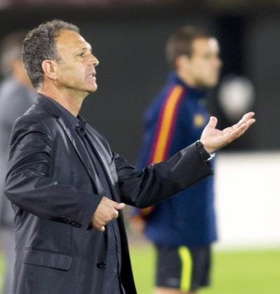 El entrenador del Real Mallorca, Joaquín Caparrós, da instrucciones a sus jugadores durante el partido de Liga ante el Sporting de Gijón.