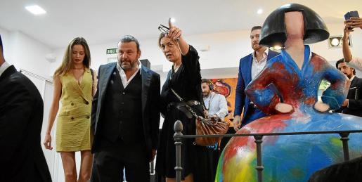 Cerca de un centenar de personas se acercaron el pasado miércoles a la galería HG Contemporary de Madrid para asistir a la inauguración de 'Smile', una exposición que reúne la obra conjunta de Domingo Zapata y Alejandro Sanz. La muestra ya se ha visto en Miami y Nueva York.
