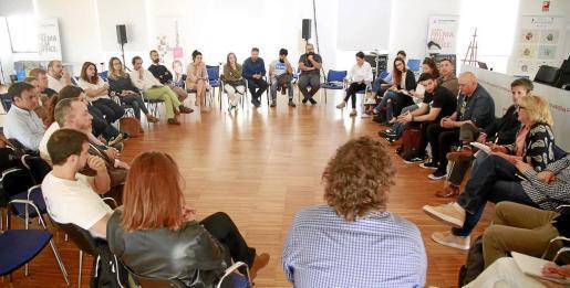 En la imagen, la primera de las reuniones celebradas entre los finalistas y reservas del Connect'Up en la sede de Palma Activa.
