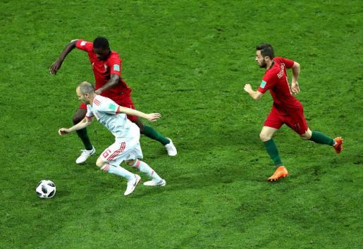 Iniesta en un momento del partido ante Portugal.