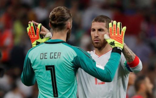 Los jugadores de la selección española David de Gea y Sergio Ramos, al finalizar el partido ante Portugal.