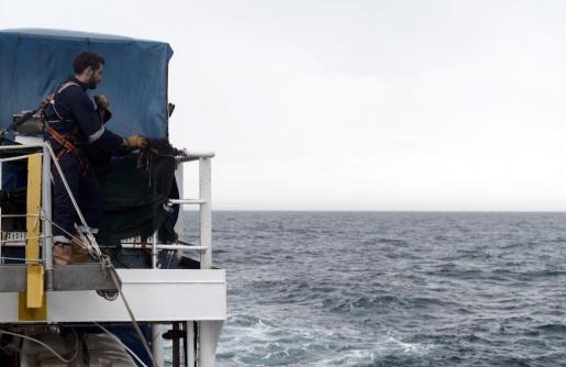 Fotografía cedida por la ONG SOS Mediterranee que muestra a uno de los voluntario encargados de atender a los 629 inmigrantes rescatados a bordo del barco 'Aquarius' en el Méditerráneo