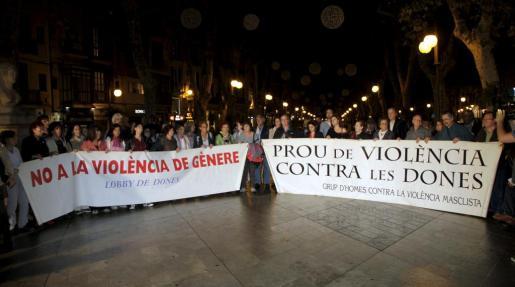 Medio centenar de personas han protestado por la muerte de la joven Nuria Orol en Andratx.