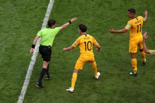 El colegiado señala el primer penalti pitado con VAR.