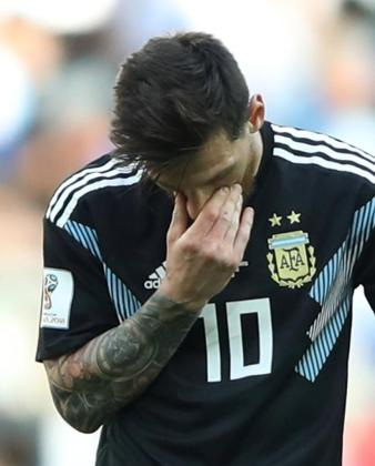 Los gigantones islandeses, con reducida experiencia internacional, humanizaron este sábado a Argentina y a su capitán, Leo Messi, quien falló un penalti para dejar en empate (1-1) el pulso sostenido este sábado en el estadio Spartak de Moscú, con motivo de su puesta de largo en el Mundial de Rusia 2018.