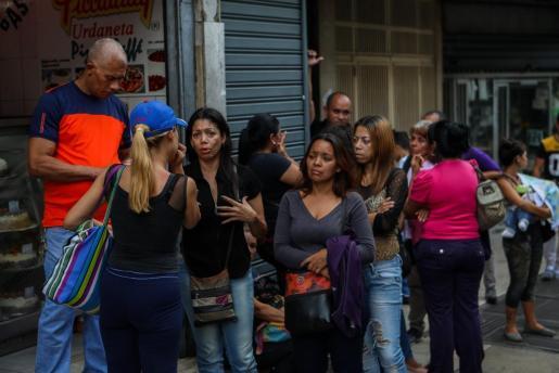 Familiares de víctimas de la estampida del Club Social El Paraíso reaccionan frente a la sede de la Policía Científica (Cicpc). El ministro de Interior confirmó los datos preliminares de fallecidos.