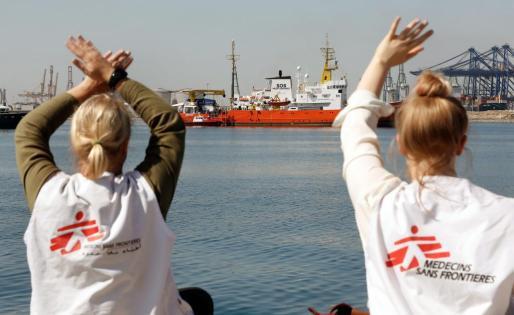 GRAF1750. VALENCIA, 17/06/2018.- El barco Aquarius, en el que viajan 106 inmigrantes, a su llegada al puerto de Valencia, donde estaba previsto que atracara sobre las nueve de la mañana después de ocho días de travesía en alta mar, aunque lo hace con retraso porque el desembarco del buque que le ha precedido se ha ralentizado. El barco humanitario Open Arms acompaña al Aquarius (en el que hay 51 mujeres, 45 hombres y diez menores) en su entrada al puerto, donde poco antes de las siete de la mañana ha atraca