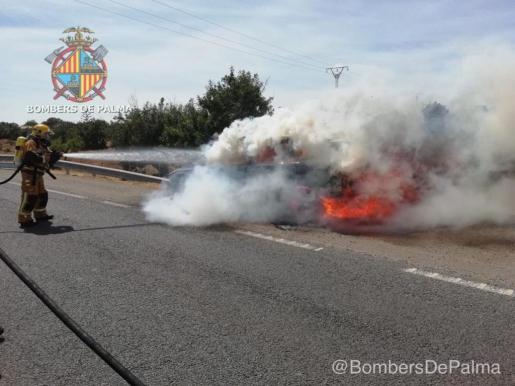 Un vehículo se ha incendiado en la carretera de Sineu a primera hora de la tarde del domingo.