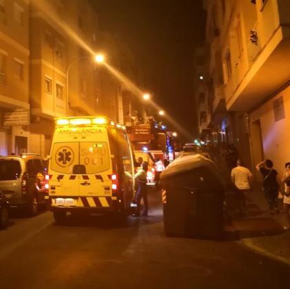 Bomberos, Policía Local y servicios de emergencia han acudido al lugar del incendio.