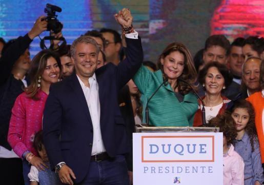 El presidente electo de Colombia, el uribista Iván Duque (c-i), y su fórmula presidencial, Marta Lucía Ramírez (c-d), saludan en su sede de campaña en Bogotá (Colombia).