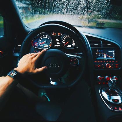 Todos los sospechosos están siendo investigados por presunto fraude y publicidad falsa y por su papel en ayudar a comercializar vehículos con software ilegal en el mercado europeo.