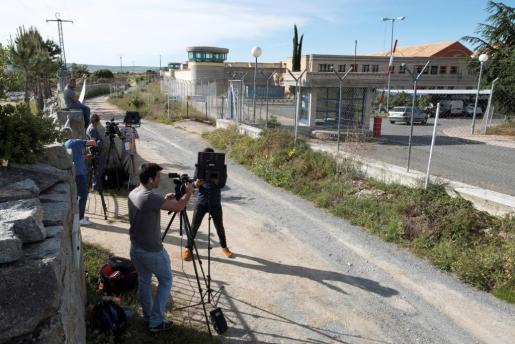 Numerosos medios de comunicación en los alrededores de la cárcel de Brieva (Ávila), a las afueras de la capital abulense.