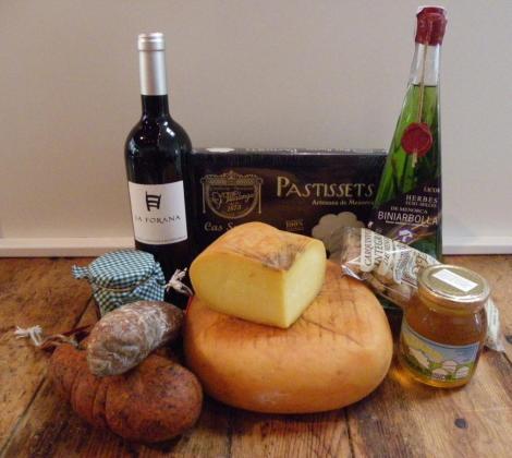 En Can Bernat se venden productos de alimentación típicos de Menorca elaborados por productores locales de manera artesanal.