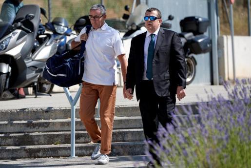Diego Torres (i), el exsocio de Iñaki Urdangarin, acompañado de su abogado Gonzalez Peters (d), durante su ingreso esta tarde en la cárcel Can Brians 2, en Sant Esteve Sesrovires (Barcelona).