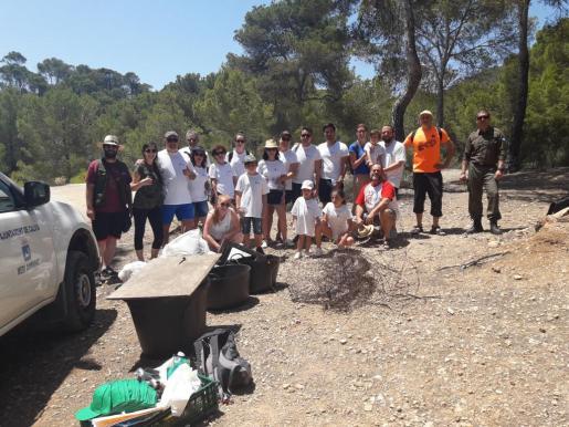 Algunos de los participantes en la campaña de recogida de residuos en el Caló d'en Monjo.