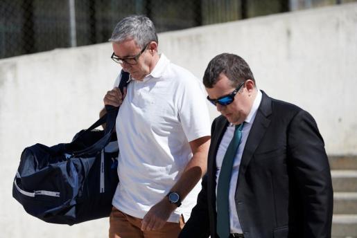 Diego Torres (i), el exsocio de Iñaki Urdangarin, acompañado de su abogado Gonzalez Peters (d), durante su ingreso en la cárcel Can Brians 2, en Sant Esteve Sesrovires.