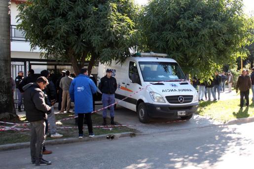 Una ambulancia sale del domicilio del senador argentino. Las víctimas podrían haber fallecido por inhalar monóxido de carbono.