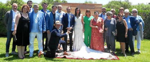 La pareja, junto a algunos de los invitados al enlace.