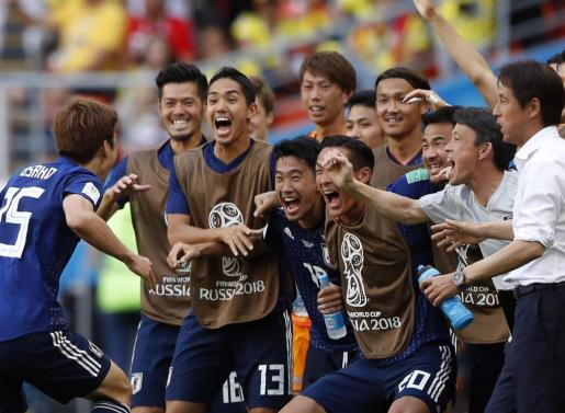 Los japoneses, eufóricos, tras el tanto de la victoria.