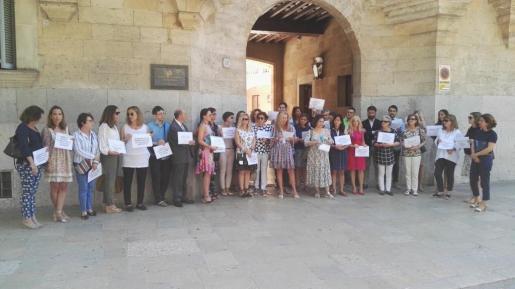 Alrededor de medio centenar de letrados de la Administración de Justicia se han concentrado este martes ante la sede del Tribunal Superior de Justicia de Baleares.