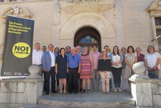 El regidor de sa Pobla, Martí Capó, el alcalde de Calvià, Alfonso Rodríguez, el alcalde de Pollença, Miquel Àngel March junto al alcalde de Alcúdia, Antoni Mir, y otros representantes de la corporación municipal.