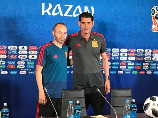 Hierro e Iniesta antes de su comparecencia de prensa.