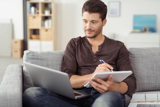 Estudiar online permite hacerlo desde casa.