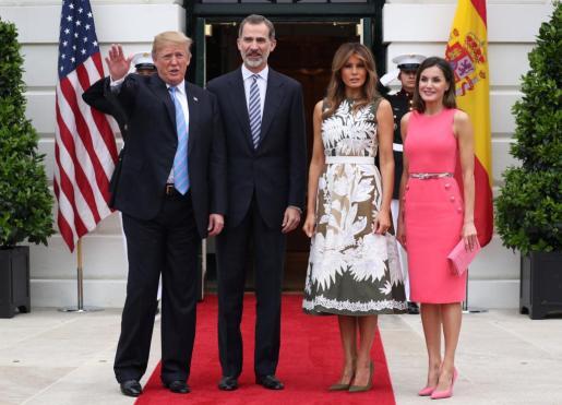 El presidente de Estados Unidos, Donald Trump, y su esposa, Melania, recibieron este martes a los reyes de España a la entrada de la Casa Blanca.