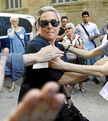 A la izquierda, Sonia Vivas a su llegada a la Audiencia de Palma. A la derecha, reproducción del mensaje amenazador.